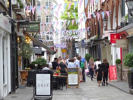 With Lingua Holidays, stay right in the heart of London's West End close to St Christopher's Place and Marylebone Village